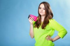 Chica joven con el teléfono móvil en cubierta rosada Imagen de archivo libre de regalías