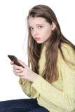 Chica joven con el teléfono móvil en manos Fotos de archivo