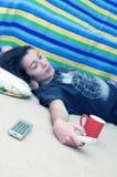 Chica joven con el telecontrol en el suelo pescado con caña Fotografía de archivo