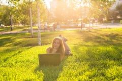 Chica joven con el trabajo del ordenador portátil al aire libre Fotos de archivo