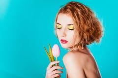 Chica joven con el tulipán Fotografía de archivo libre de regalías
