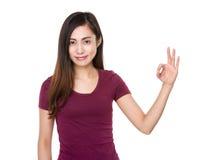 Chica joven con gesto aceptable de la muestra Imágenes de archivo libres de regalías