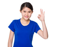 Chica joven con gesto aceptable de la muestra Foto de archivo