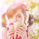 Chica joven con helado imagen de archivo
