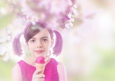 Chica joven con helado foto de archivo libre de regalías