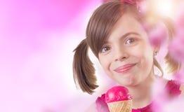 Chica joven con helado imagenes de archivo