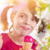 Chica joven con helado imagen de archivo libre de regalías
