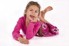 Chica joven con la alineada rosada en estudio Foto de archivo libre de regalías