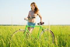 Chica joven con la bicicleta Fotos de archivo
