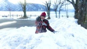 Chica joven con la bola de nieve gigante almacen de video