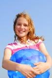 Chica joven con la bola de playa Imagen de archivo