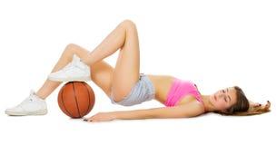 Chica joven con la bola del baloncesto Imagen de archivo libre de regalías