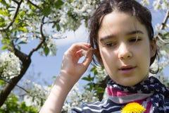 Chica joven con la bufanda de la bandera americana Imagen de archivo libre de regalías