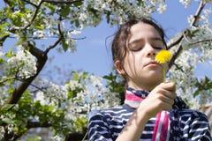 Chica joven con la bufanda de la bandera americana Imagenes de archivo