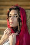 Chica joven con la bufanda roja Fotos de archivo libres de regalías