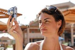 Chica joven con la cámara Imagen de archivo