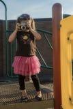 Chica joven con la cámara del vintage Imagen de archivo libre de regalías