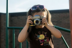 Chica joven con la cámara del vintage Imagen de archivo