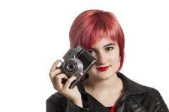 Chica joven con la cámara del vintage Fotos de archivo