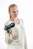 Chica joven con la cámara digital, tomando una imagen fotografía de archivo