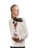 Chica joven con la cámara digital, tomando una imagen Fotos de archivo libres de regalías