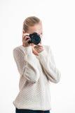 Chica joven con la cámara digital, tomando una imagen Fotografía de archivo libre de regalías
