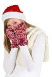 Chica joven con la camisa blanca, el casquillo rojo del invierno y los guantes lanosos Imagen de archivo libre de regalías