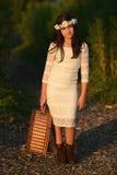 Chica joven con la cesta de la comida campestre Fotos de archivo libres de regalías