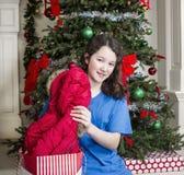 Chica joven con la chaqueta del regalo de vacaciones Fotos de archivo libres de regalías
