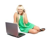 Chica joven con la computadora portátil Imágenes de archivo libres de regalías