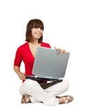 Chica joven con la computadora portátil Fotos de archivo libres de regalías