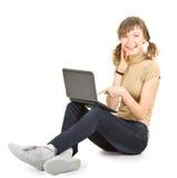 Chica joven con la computadora portátil Foto de archivo libre de regalías