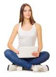 Chica joven con la computadora portátil Imagen de archivo
