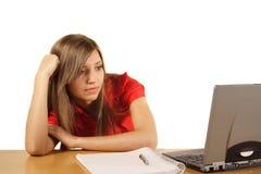 Chica joven con la computadora portátil Fotografía de archivo