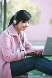 Chica joven con la computadora portátil Imagen de archivo libre de regalías