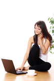 Chica joven con la computadora portátil en casa Fotografía de archivo libre de regalías