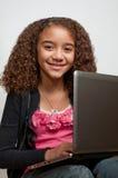 Chica joven con la computadora portátil y la sonrisa Fotografía de archivo