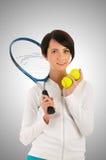 Chica joven con la estafa de tenis y el bal Imagen de archivo