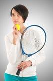 Chica joven con la estafa de tenis y el bal Imagenes de archivo