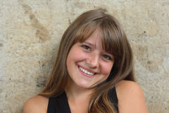 Chica joven con la expresión feliz. mire abajo Foto de archivo