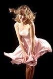 Chica joven con la falda que agita imagen de archivo