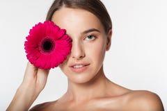 Chica joven con la flor perfecta de la piel y del rojo Fotos de archivo libres de regalías