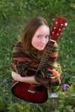 Chica joven con la guitarra acústica al aire libre Fotos de archivo libres de regalías