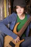 Chica joven con la guitarra baja Imagen de archivo libre de regalías