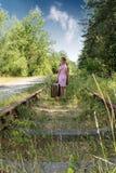 Chica joven con la maleta en ferrocarriles Imágenes de archivo libres de regalías