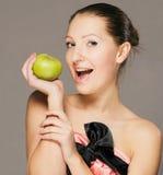 Chica joven con la manzana imagen de archivo