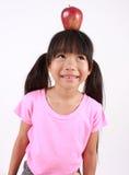 Chica joven con la manzana Fotos de archivo libres de regalías
