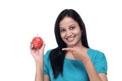 Chica joven con la manzana fresca roja Foto de archivo libre de regalías