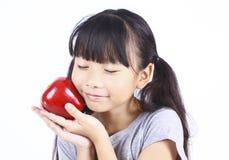 Chica joven con la manzana roja Imagenes de archivo