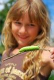 Chica joven con la oruga verde grande Fotos de archivo libres de regalías